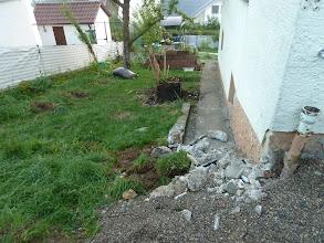 Photo: Hochbeet und Treppe gibt es nicht mehr, auch die Beeren sind alle fort, aber hoffentlich gerettet... noch wissen wir nicht ob sie anwachsen..... unten sieht man ein Stück von dem Garten den wir jetzt noch nutzen können unterhalb der Steine....