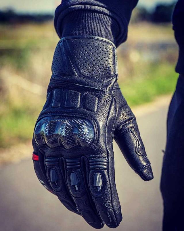 Găng tay phượt giúp bảo vệ đôi tay của người lái xe khi đi tour xa hiệu quả