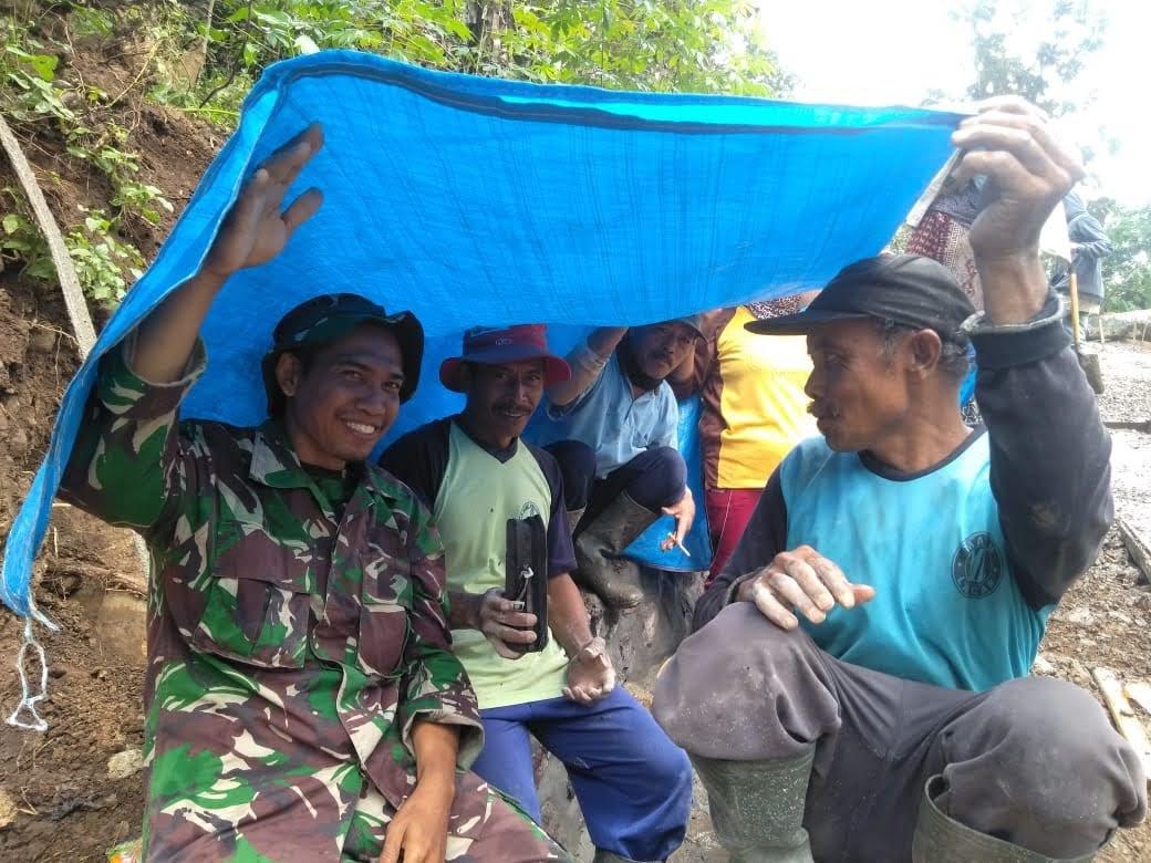 25 Hari Prajurit TNI di Lokasi TMMD Desa Gonggang Berbaur Dengan Masyarakat