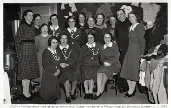 Photo: 1939 Geheel links Trees, geknield Jeanne en Anneke Nooren rechts op foto bij kledingmaaksters