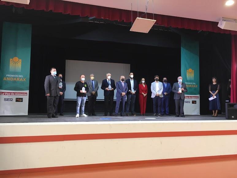 Foto de familia de premiados y organizadores.