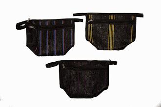 Photo: Trousse de toilette (bleu-violet, jaune, rouge, violet).  Trousse de toilette à fermeture éclair. 2 poches intérieures, 1 poche extérieure zippée. Taille: 22x13x09 cm  Prix: 15 €