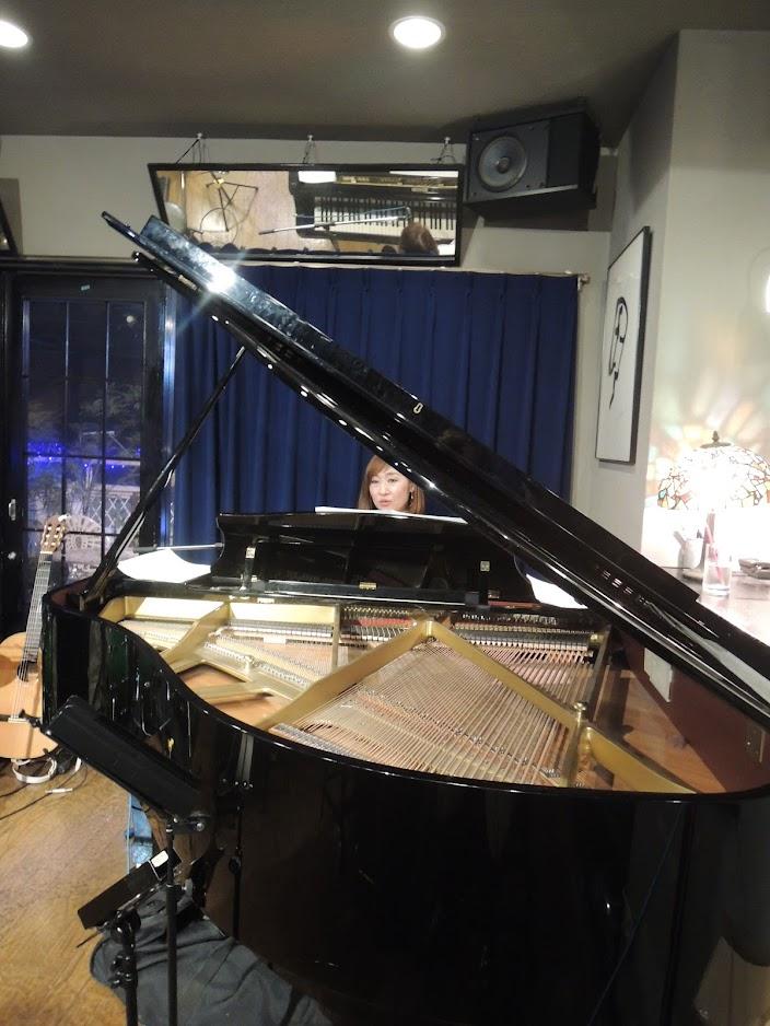 Kaoru Azuma sings to self-piano playing