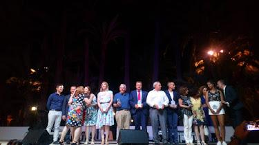 Los premiados posan con su premio en el escenario de El Palmeral de Vera.