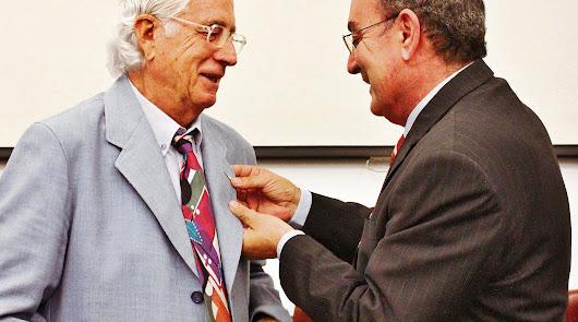 Carlos Pérez Siquier recibiendo la Medalla de Oro de la Escuela de Arte, en el marco de su 125 aniversario.