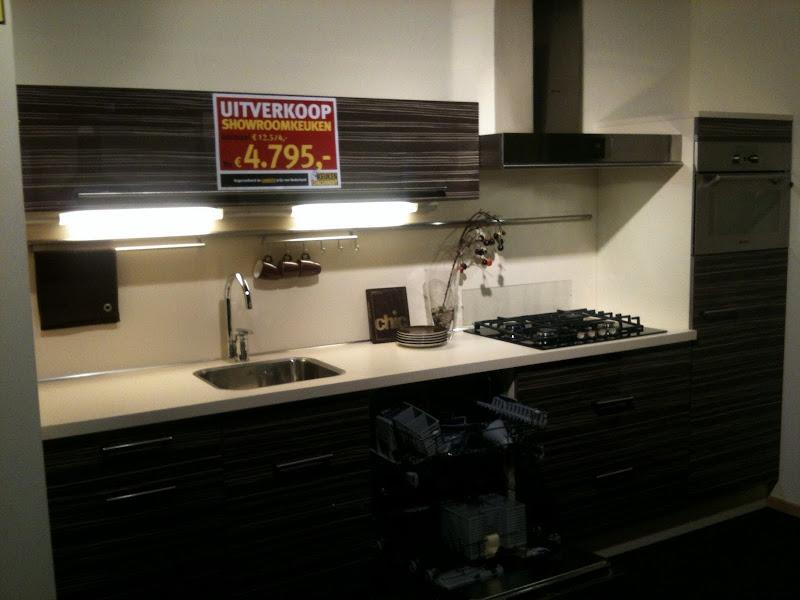 Photo: Hoogglans zebrano keuken. Incl vaatwasser , koeler, combi, kookplaat, afzuigkap. Ingefreesde spoelbak. 3 meter rechte opstelling.