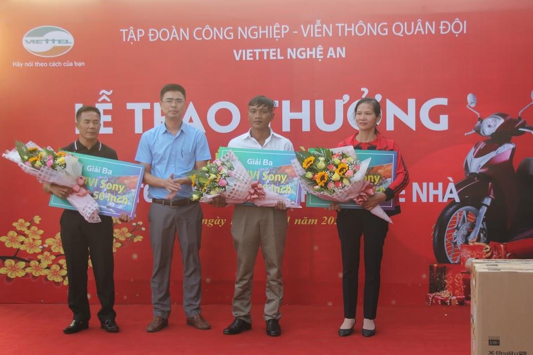 Đại diện lãnh đạo Viettel Nghệ An trao các giải nhất, nhì và ba cho các khách hàng