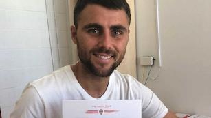 Javi Pérez con el contrato que le une al Almería.