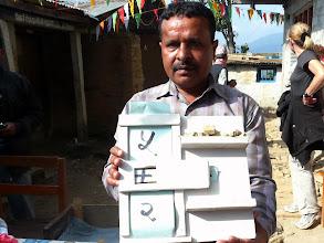 Photo: Hari, der Koordinator der Nepalkids. Mit dem Werkzeug im Bild lernen die Kinder das Zählen.
