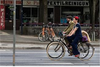 Photo: Ein Tweed Ride oder Tweed Run steht für Entschleunigung auf dem Rad mit Stil und Charme. Dabei sind Erscheinungsform von Drahtesel und Reiter_in wichtiger als das Ergattern eines gelben Trikots. Es wird hübsch auf Rädern gesessen, dabei hin und wieder galant gestrampelt und dazwischen: Betrachtung der adretten Menschen vor wohliger Landschaft (bitte stilvoll!).   Fotogalerie von Menschen und Leuten: goo.gl/B1OsX8
