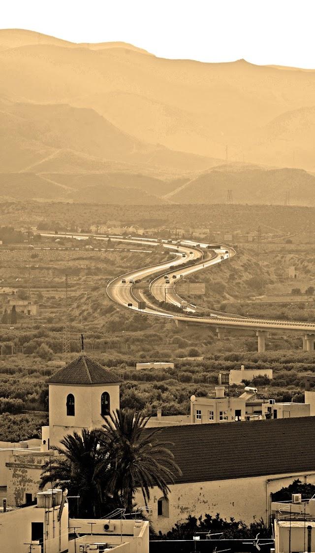 La autovía del Mediterráneo cruza el Andarax para pasar junto a la base de la Legión y continuar hacia Níjar.