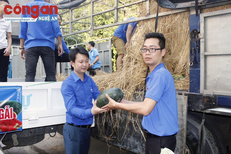 Hàng chục tấn dưa hấu đã được tiêu thụ giúp bà con nông dân