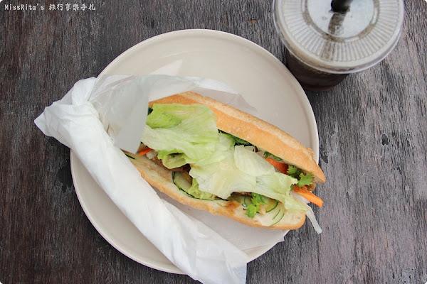 台中西區‧巷弄裡的異國風味「小夏天to go light」,越式法國麵包輕食帶著走,特別的香料搭配焦糖蔥豬片好吃!