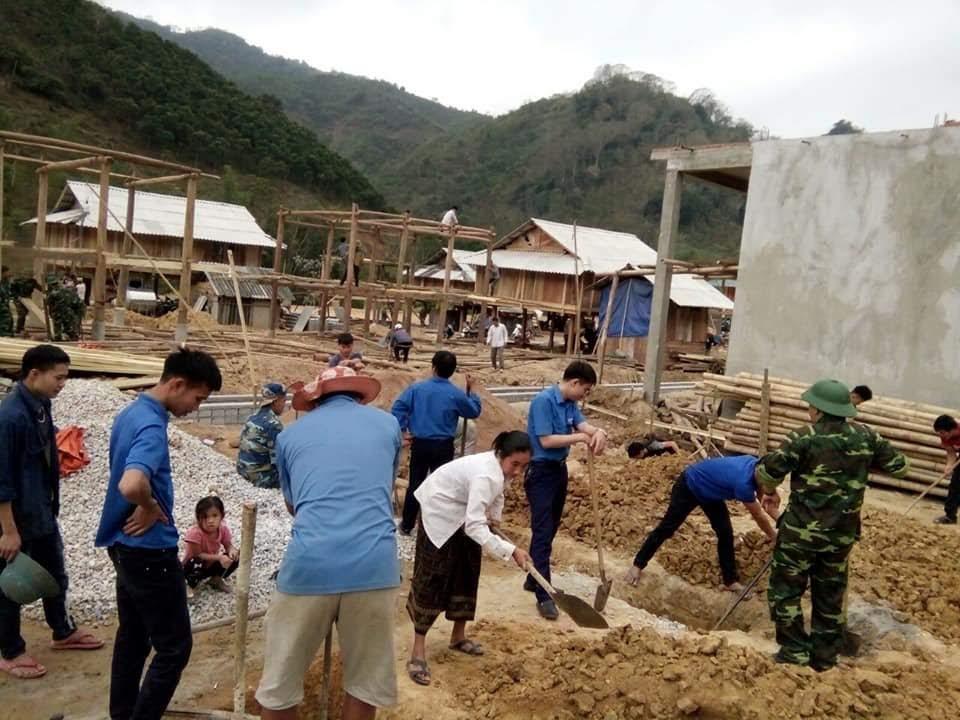 Đoàn thanh niên huyện Mường Lát giúp nhân dân dựng lại nhà cửa ở khu tái định cư sau lũ