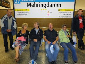 Photo: En attendant le métro, peut-être un des deux trajets que nous avons fait sans billets car les distributeurs ne voulaient ni de notre argent ni de nos cartes de crédit...