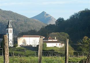 Photo: 15h51 Derrière le clocher, l'imposant pic de Behorleguy