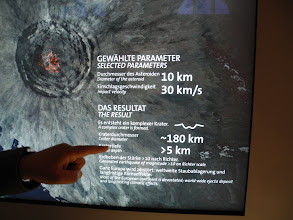 Photo: Un simulateur de choc présente les dégâts que ferait une météorite de 10 Km : un cratère de 180 Km, d'une profondeur de 5 Km...