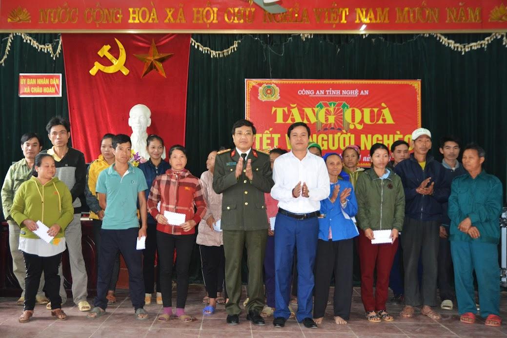 Đại tá Hồ Văn Tứ, Phó Giám đốc Công an Nghệ An trao quà cho các hộ gia đình có hoàn cảnh đặc biệt khó khăn tại xã Châu Hoàn, Quỳ Châu.