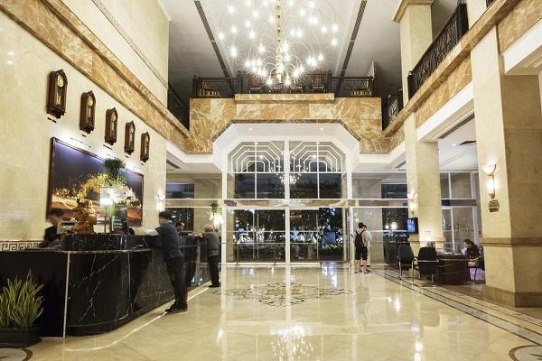 Sảnh khách sạn nên chọn những loại đèn trang trí có kích thước lớn và kiểu dáng mẫu mã sang trọng