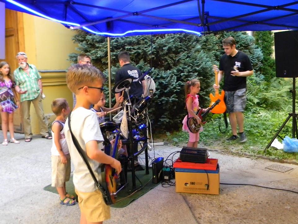 Guitar herot játszó gyerekek