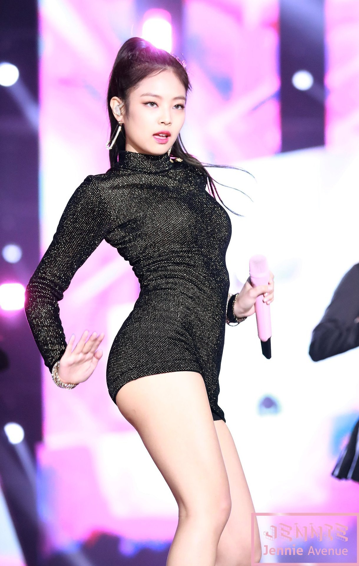4392cb33a1 BLACKPINK Jennie showed off her perfect physique during her performance at  the Golden Disc Awards.
