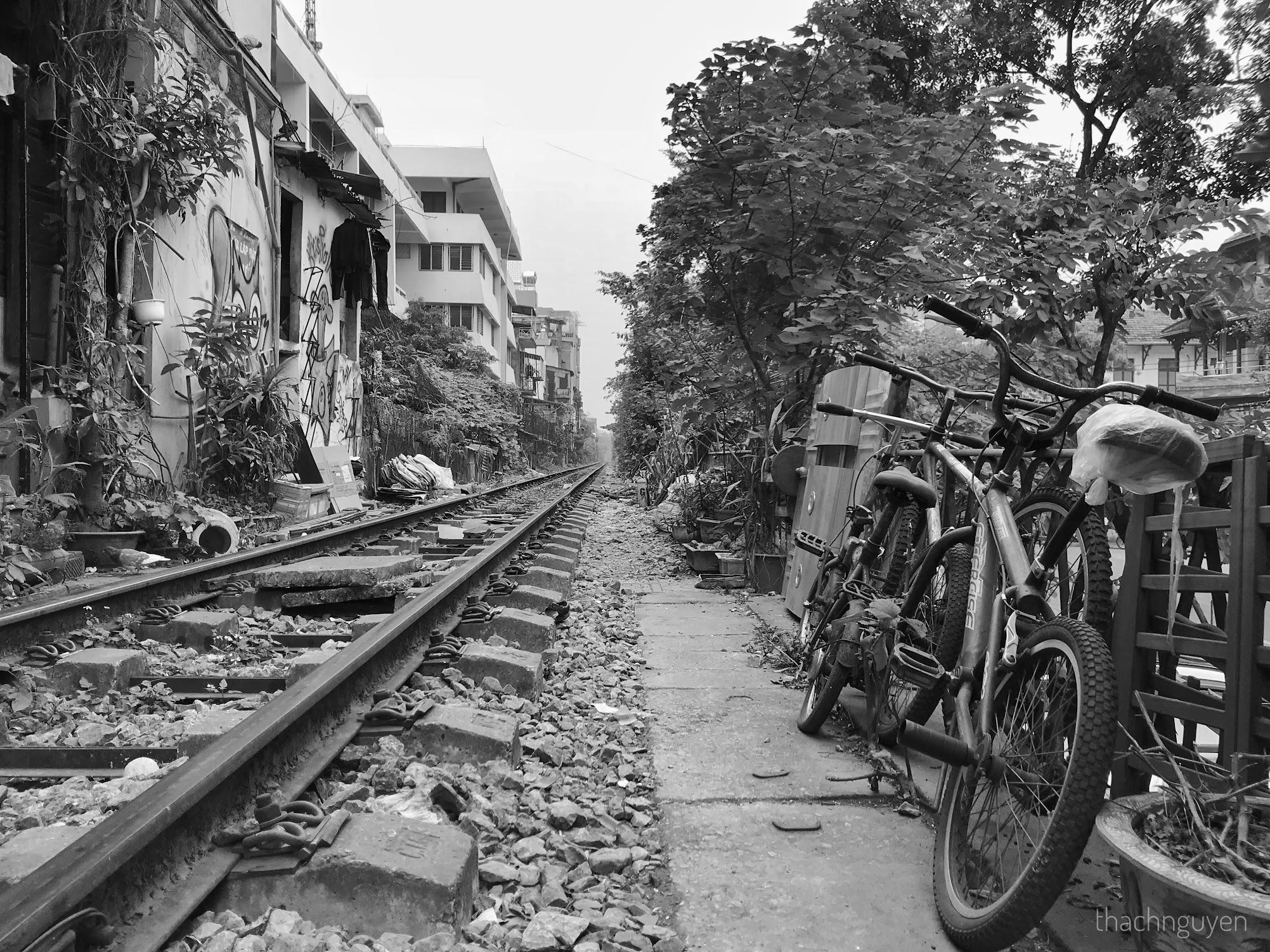xe đạp cạnh đường tàu phùng hưng