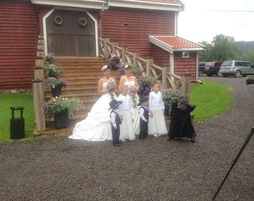 Mujeres y niños posando para foto de bodas y extraña figura aparece