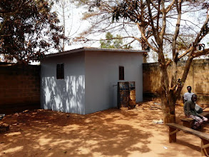 Photo: afin de les orienter vers une autonomie financière, nous venons de faire construire ce bâtiment...