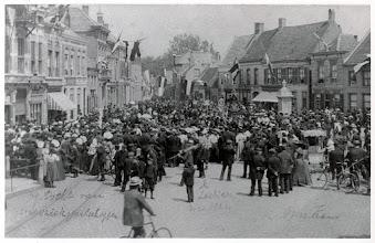 Photo: 1913 Haagse Markt,  onafhankelijkheidsfeesten met verschillende muziekkorpsen, met de burgemeester aan zijn woning op het balkon.