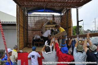 Photo: 【平成21年(2009) 宵々宮】  お仮屋に神輿を据え付ける。