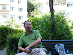 Photo: warrenzh 朱楚甲's works: dad, benzrad 朱子卓 resting in minigarden near his son's mom's house, after shopping computer market together and bought a new gamepad for son. here we waited son's mom return.