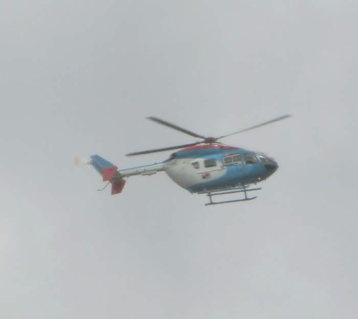 中日ビル屋上記念撮影をしている中日新聞ヘリコプタ。