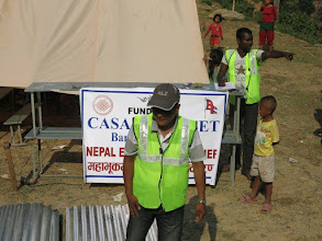 Photo: Voluntarios de la Fundació Casa del Tibet descargando láminas de metal para las cabañas en la aldea de Khalte, distrito de Dhading.