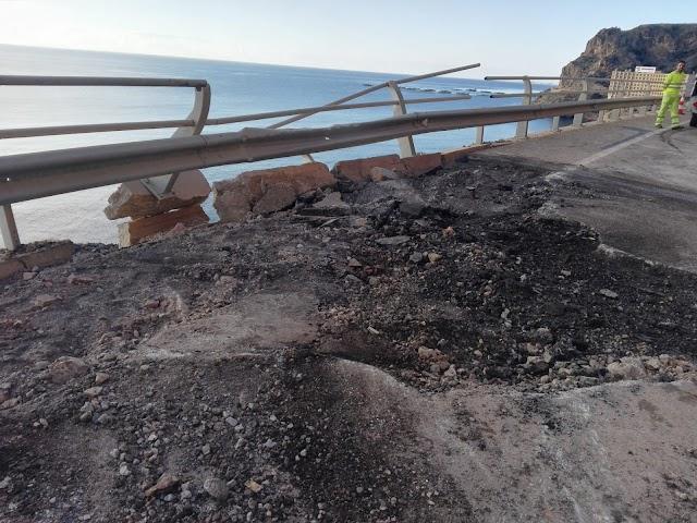 Estado en el que ha quedado la carretera de el Cañarete tras la caída de la piedra.