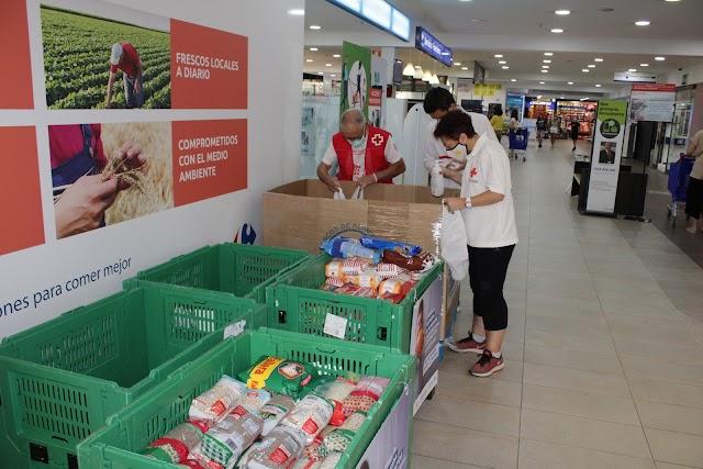 Situando los alimentos donados.