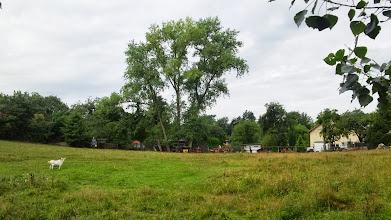 Photo: Rückseite eines Hofes im östlichen Winkel der Straßen ,Am Plattenberg' und ,Wolfskuhler Weg'.