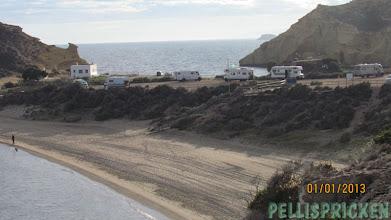 Photo: Närbild på Carolinastranden och husbilar och längst bak, vår favoritvik, den mysiga Playa Cosedores