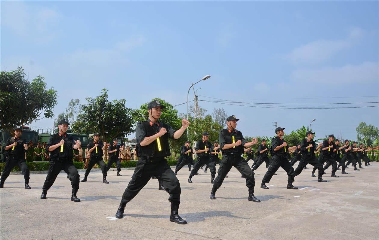 Cán bộ Phòng Cảnh sát Cơ động Công an tỉnh Nghệ An hướng dẫn các học viên tập luyện võ thuật