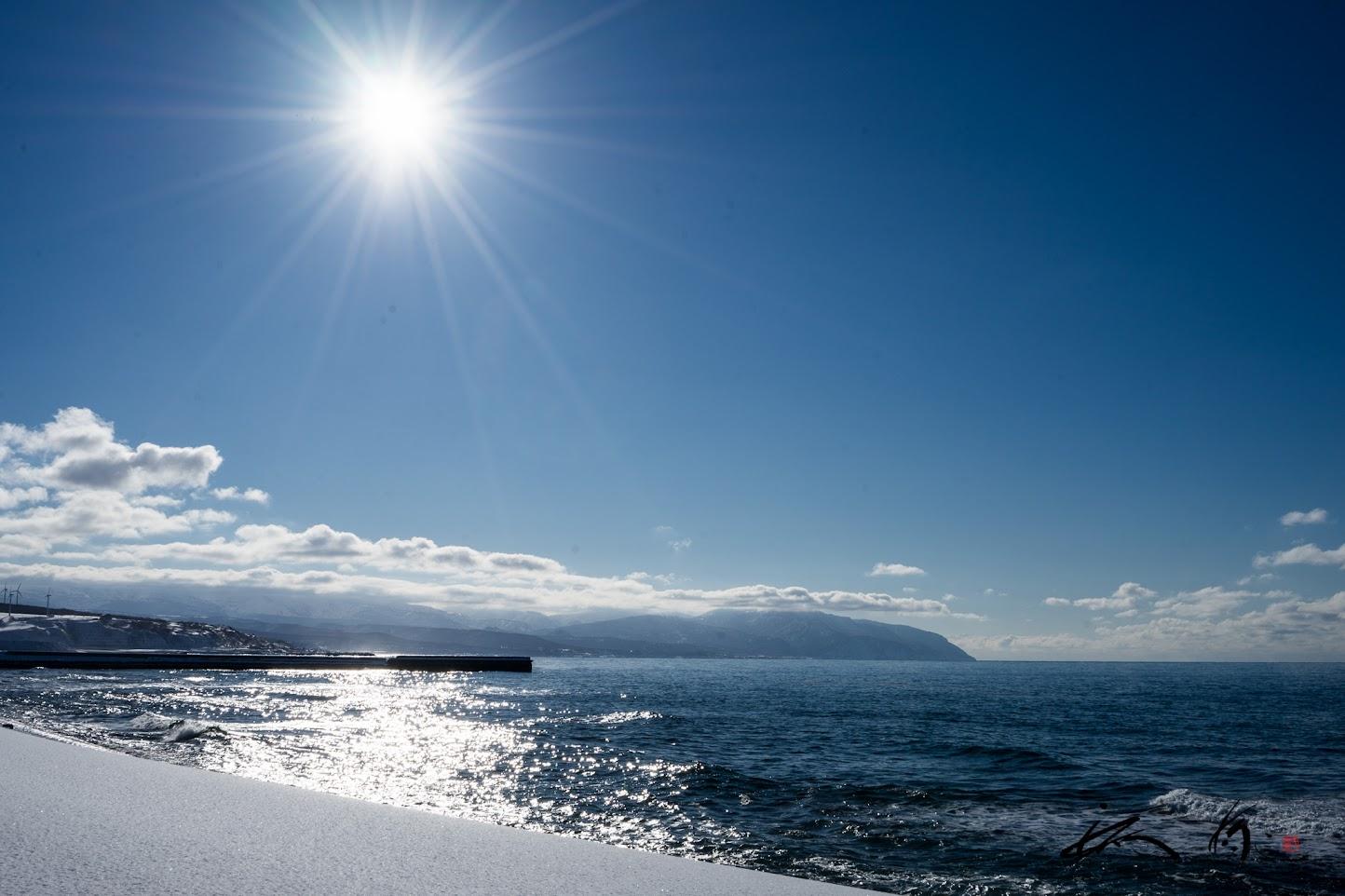 光を浴びて煌めく、穏やかな海