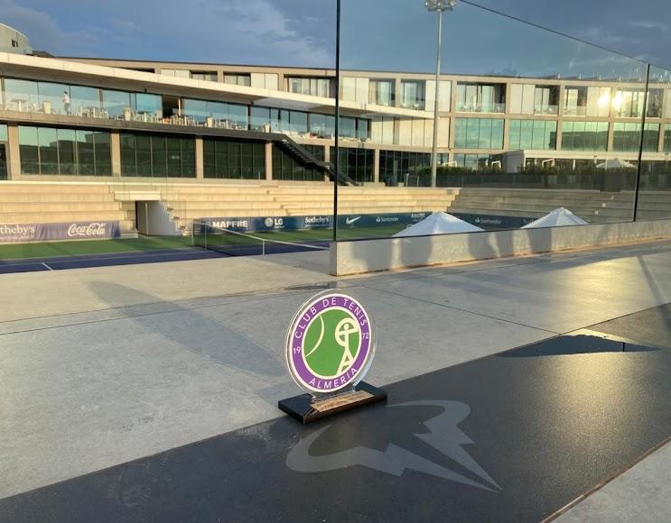 El CT Almería entregó una placa de recuerdo para la Academia.