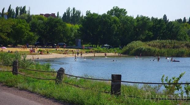 Народ к войне привык и купается в местном озере