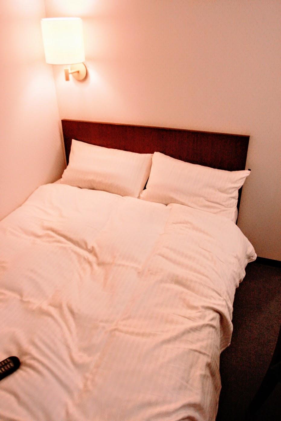 在換個角度,可以看到床並不大喔
