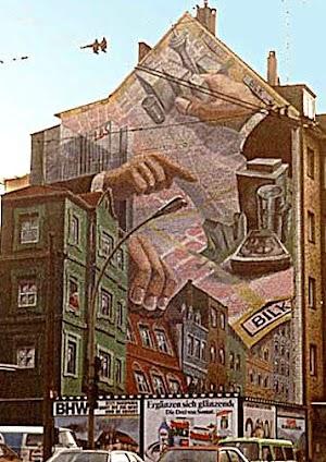 Riesige Hände verschieben auf einem Stadtplan wie im «Monopoly» die Reichtümer und Gelder von Stadt und Bewohnern.
