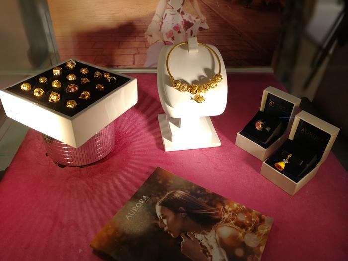 Gelang tangan emas Aurora dan charm Aurora