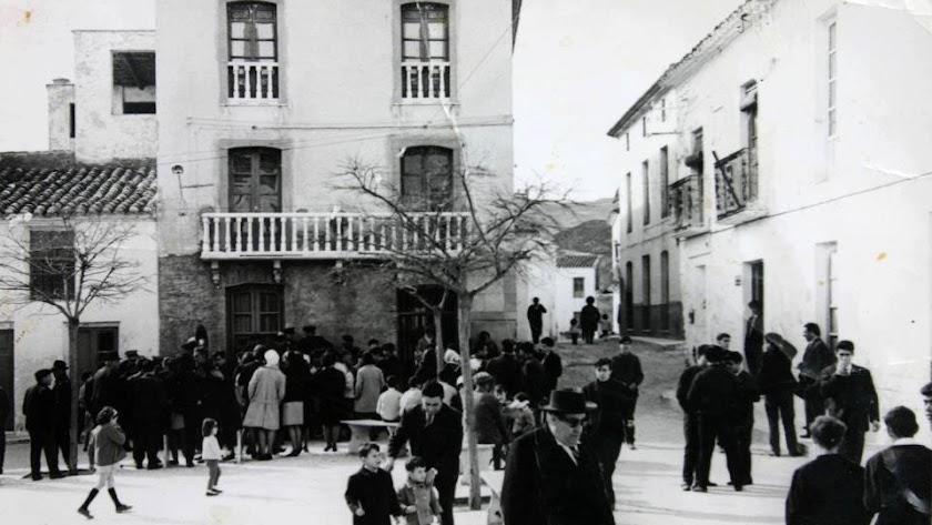 Aspecto de la histórica plaza décadas atrás (izquierda).