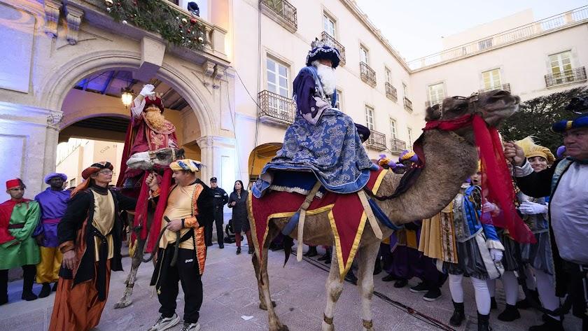Los Reyes Magos, a su llegada a la Plaza Vieja de Almería en 2020.