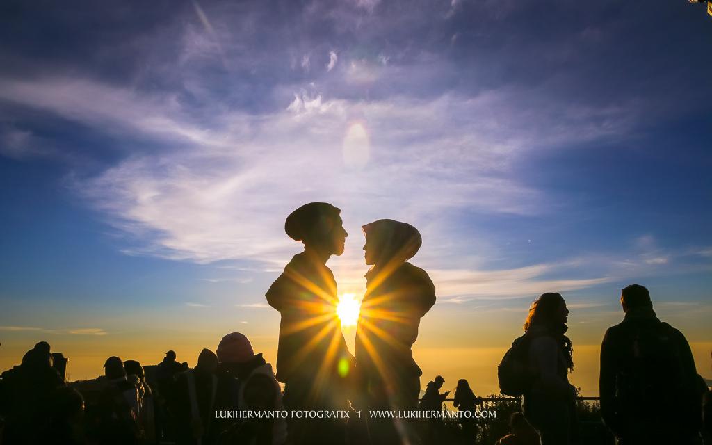 Foto prewedding muslim berhijab siluet sunrise di penanjakan bromo