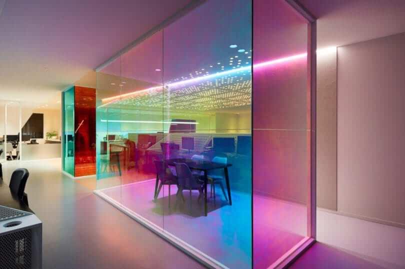 Thiết kế nội thất văn phòng trong không gian kính trong suốt