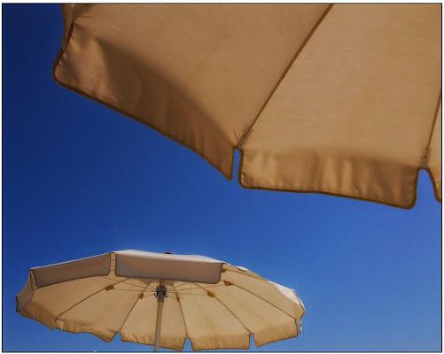 Da sotto l'ombrellone guardando il cielo. di gianfi51