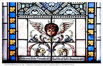 Photo: Stifterfenster aus dem 19. Jahrhundert in St. Nikolai Gützkow. Vom 13. bis zum 20. Jahrhundert befand sich das Gut Dargezin in Besitz der Familie von Behr.